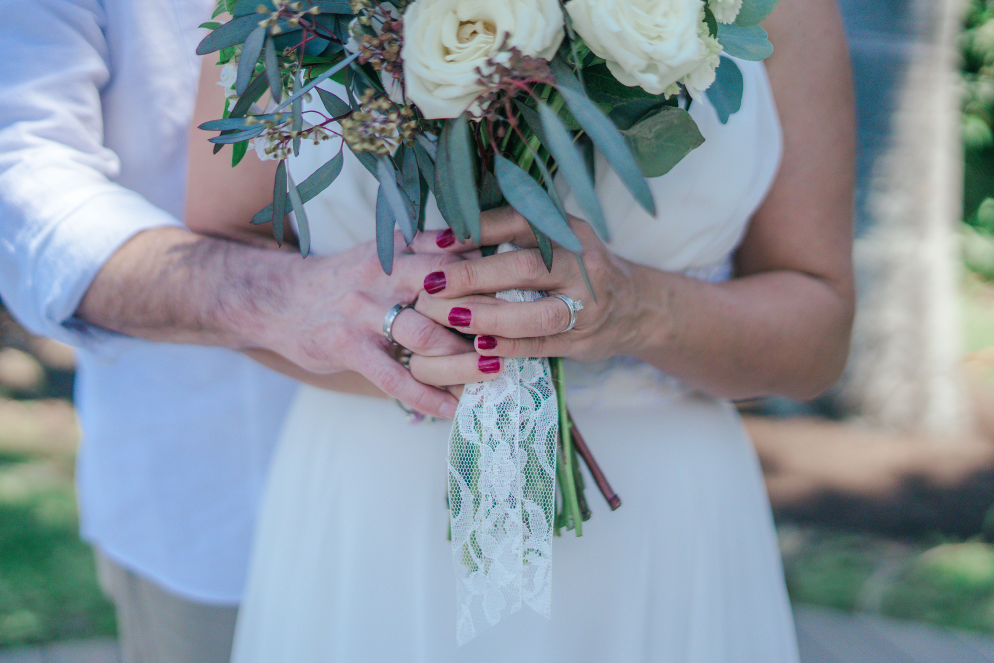 imagen obtenida via: https://www.pexels.com/photo/woman-holding-white-bouquet-1067563/